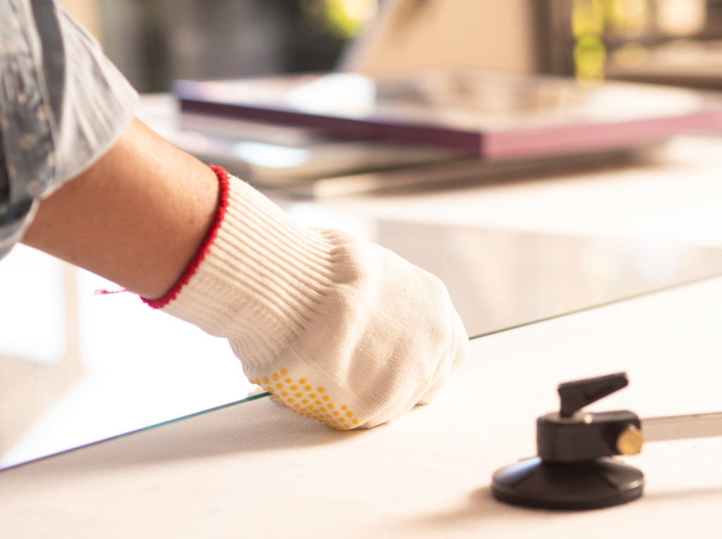 Mann bearbeitet hochwertiges Bilderatlas mit Handschuhen